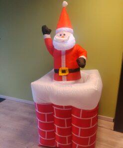 Opblaasbare kerstman in schoorsteen